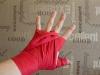 Пропускаем бинт между средним и указательным пальцами