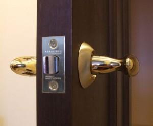 врезать замок в межкомнатную дверь